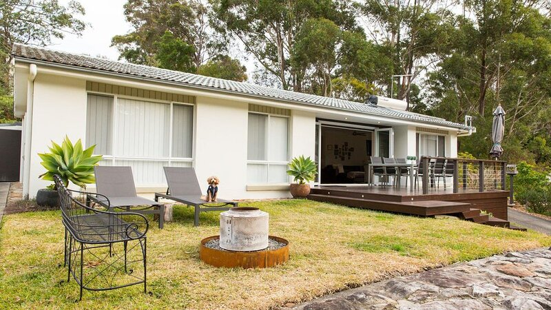 Beaches and Green :: 3 Bedroom home across the road from Blenheim Beach – semesterbostad i Hyams Beach