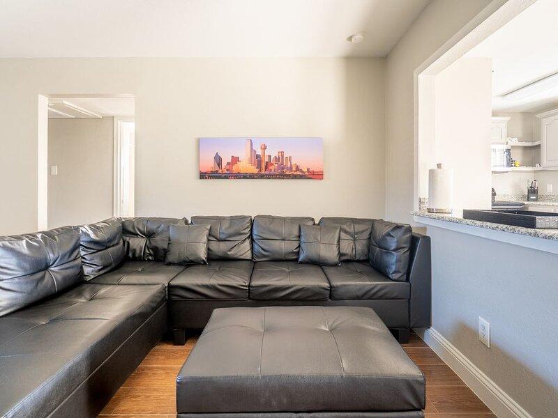 Beautiful 1st floor Apartment 2BD/1BA in DFW area, casa vacanza a Irving