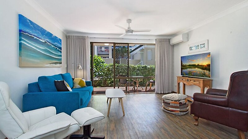 Cobden Court Unit 2 Two Bedroom Apartment walking distance from Rainbow Bay, Sna, holiday rental in Coolangatta