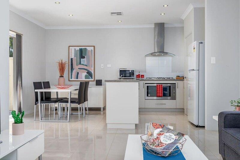 Minimalist Suburban Villa*Garden City*Family Friendly*Netflix, holiday rental in Jandakot