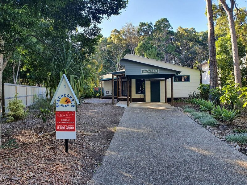 1 Naiad Court - Lowset family home with swimming pool and covered deck. Pet frie, holiday rental in Rainbow Beach