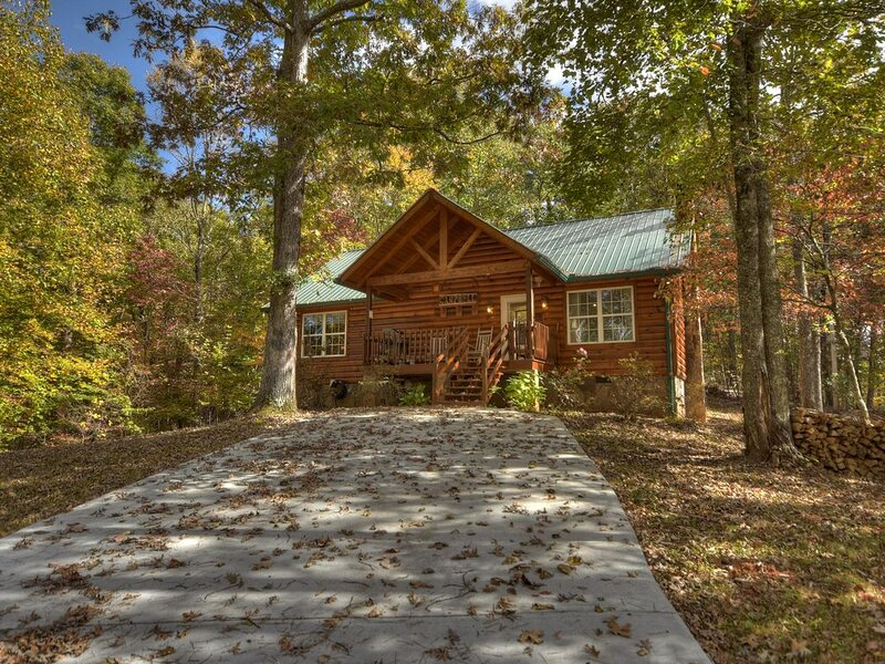 *Free Whitewater Rafting & Ziplining* Spacious & Secluded Cabin 7 Miles to Attra, vacation rental in Ducktown
