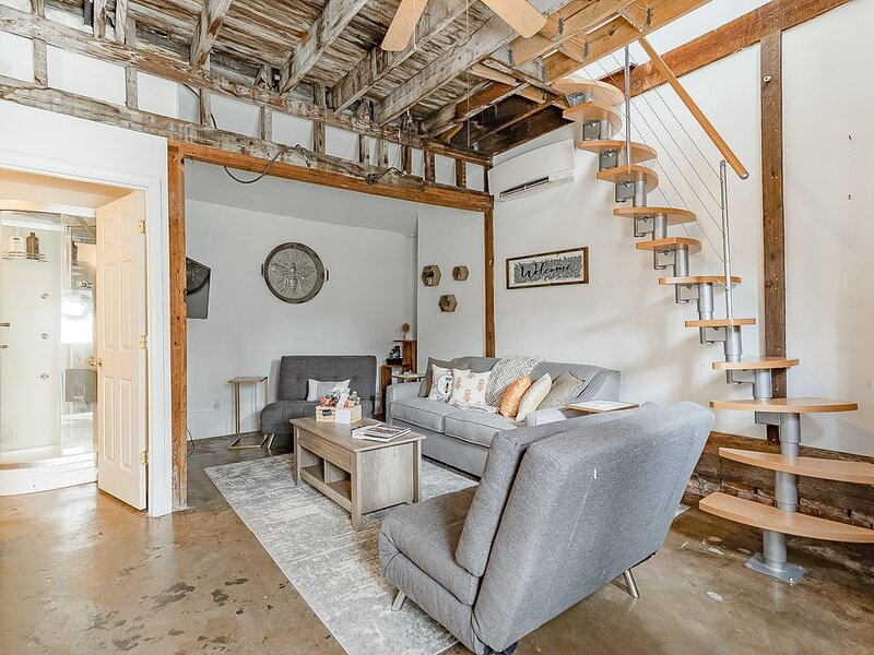 Carriage House * ṭḨḛ ḦḯṼḗ | Starland District , Pets Welcome, holiday rental in Georgetown