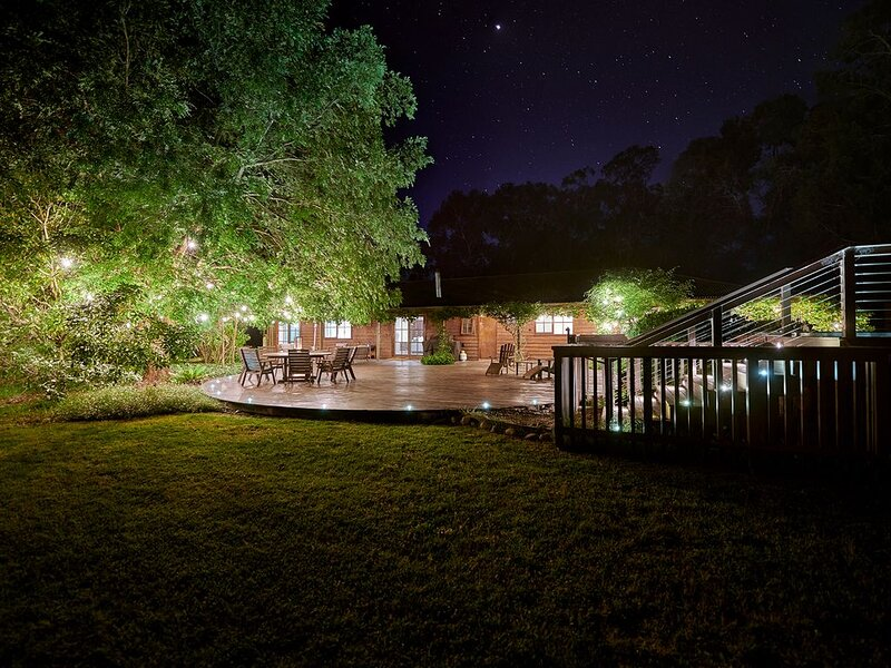 Gumtree Glen - an acre of gardens with a hot tub, holiday rental in Budgong