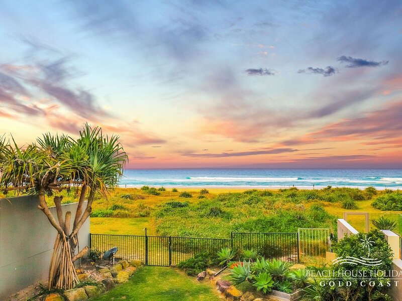 True Beach Front Family Holiday Home, holiday rental in Mermaid Beach