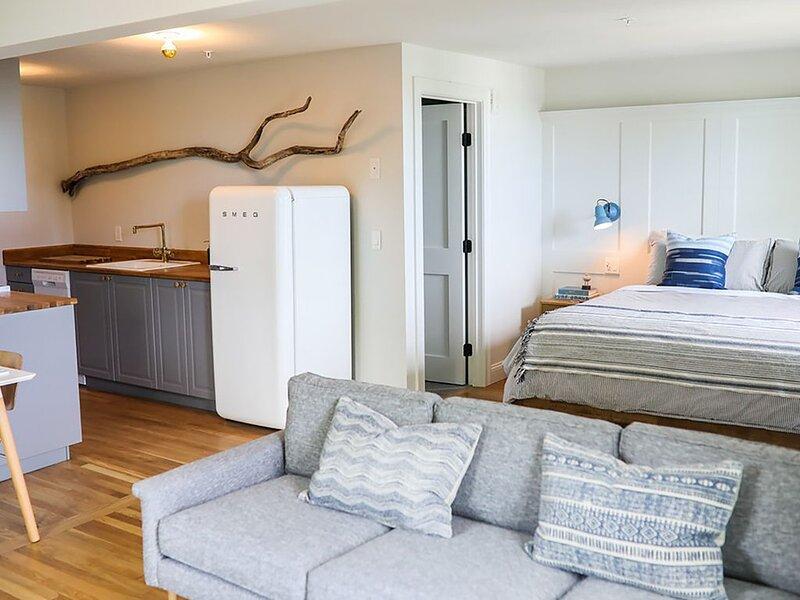 Great Island Inn - King  Studio Apt - Main Street View, holiday rental in Kittery Point