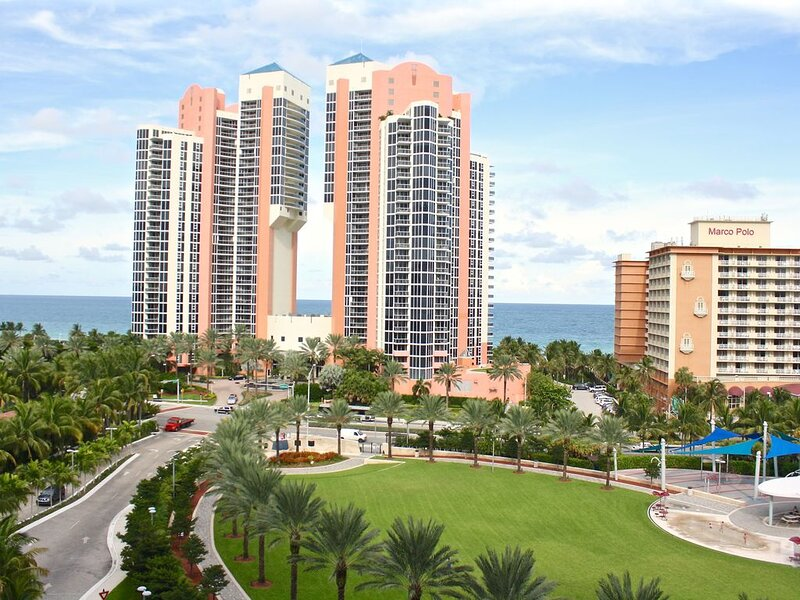 Spacious condo w/ views of ocean & park | WIFI + Parking, location de vacances à Sunny Isles Beach