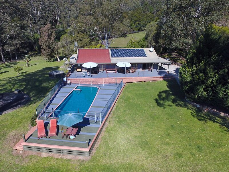Green Acres: Perfect for Summer and Winter with Pool and log fires and..., alquiler vacacional en Bellawongarah