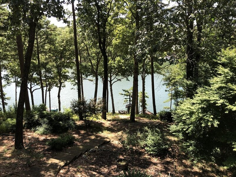 Lakehouse Nestled in the Trees Near Best Mountain Biking Trails!, casa vacanza a Pineville