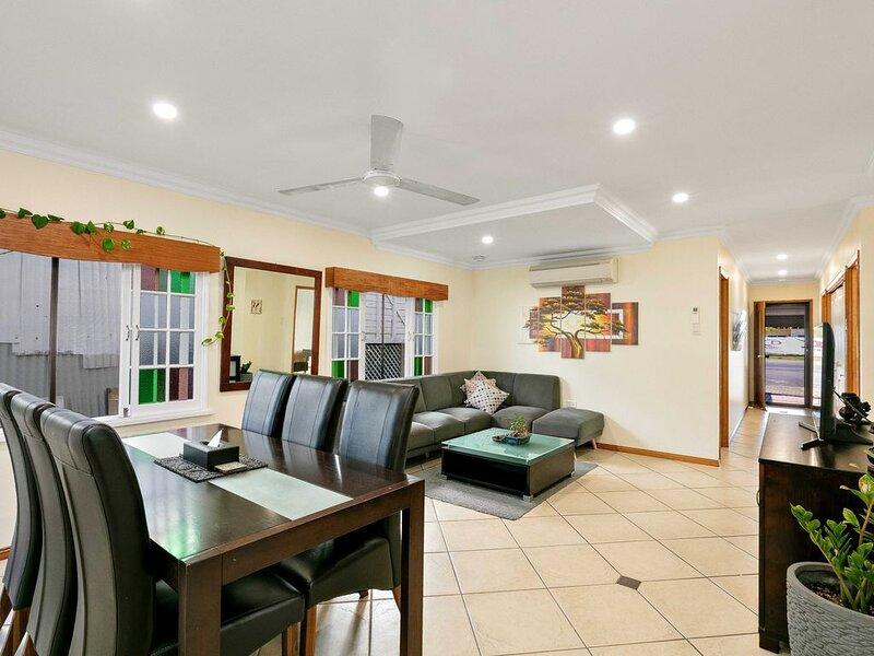 Cairns Central Walking Distance Entire Downstairs House, aluguéis de temporada em Cairns