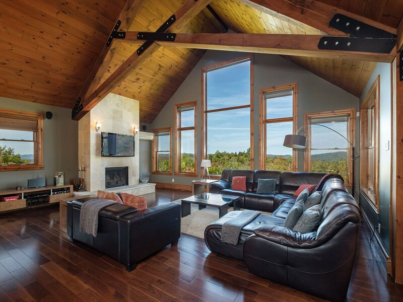 Luxury 6-bedroom chalet with outstanding views, billiard room and hot tub, alquiler vacacional en Mont Tremblant
