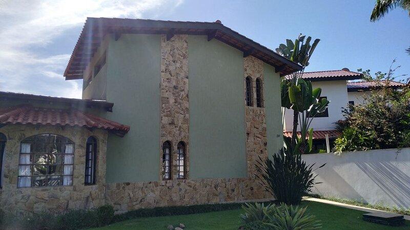 Incrível casa em Guaratuba, 100 m da praia, aconchegante, moderna e reformada!, vacation rental in Bertioga