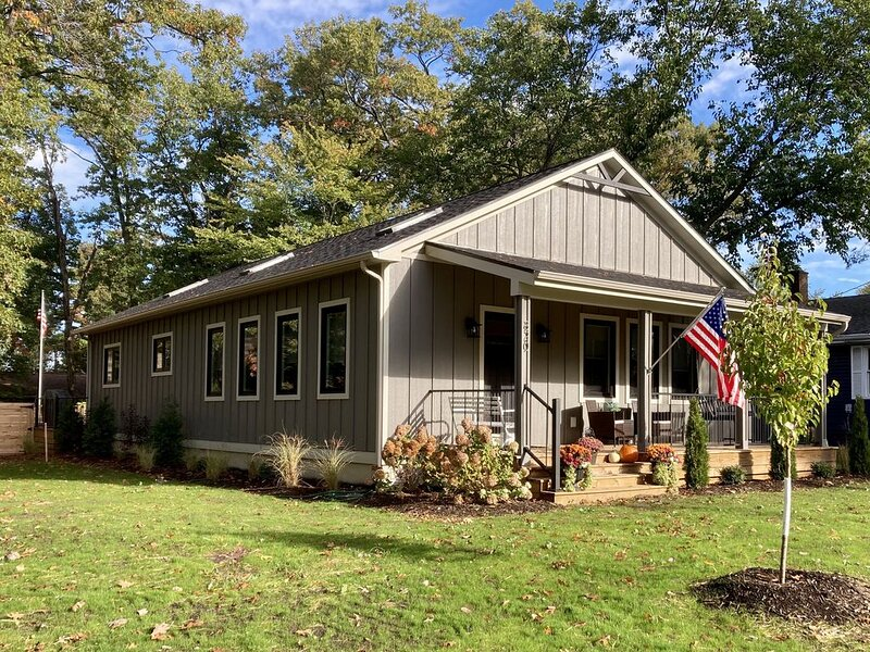 Red Oak -New Home with in-ground pool-walking distance to restaurants/town, casa vacanza a Berrien County