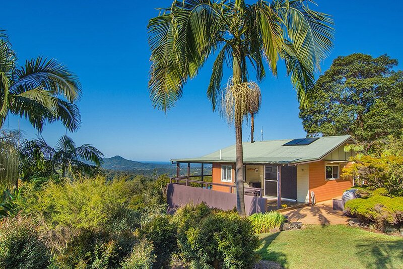 CLOGHEEN COTTAGE  Stunning Mountain and Ocean Views in the Byron Bay Hinterland, location de vacances à Wilsons Creek