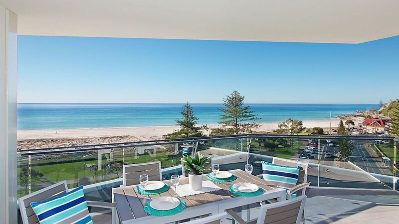 Iconic Unit 704 Luxury beachfront apartment with Wi-Fi on Kirra beach in Coolang, holiday rental in Coolangatta