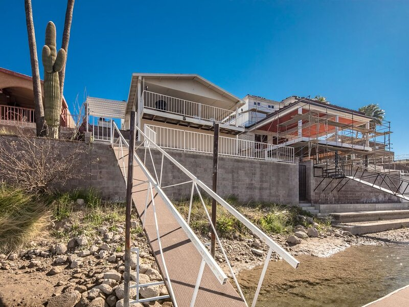 BEAUTIFUL RIVERFRONT HOME (1919) 3BD/2BA WITH ACCESS DOCK, casa vacanza a Needles
