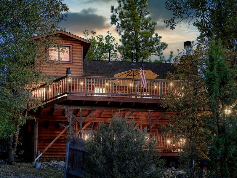 Bearpaw Lodge Lofty Fawnskin Log Cabin / Private Hot Tub / Amazing Views, vacation rental in Lucerne Valley