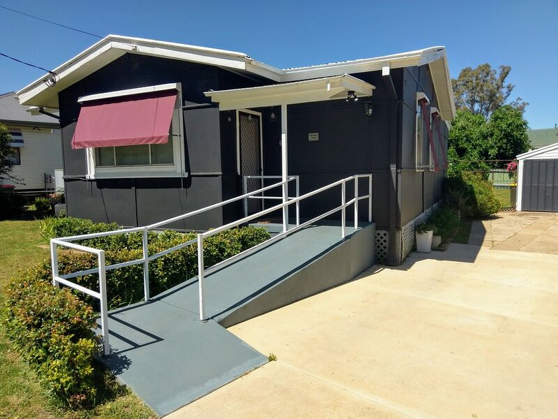 Charming 'Castlereagh Cottage' with Free High Speed Wi-Fi and Netflix, casa vacanza a Wagga Wagga