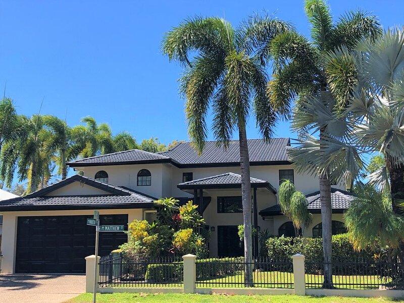 Casa Bella Vista - Luxury Beachfront Home near Great Barrier Reef, holiday rental in Stratford