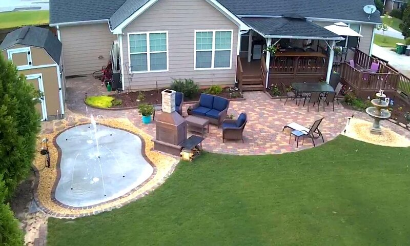 Basement apt and fenced back yard with deck, patio, fireplaces and splash pad, alquiler de vacaciones en Winterville