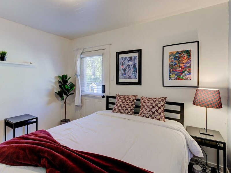 Gated Cottage walking distance to Overton Square!, vacation rental in Bartlett