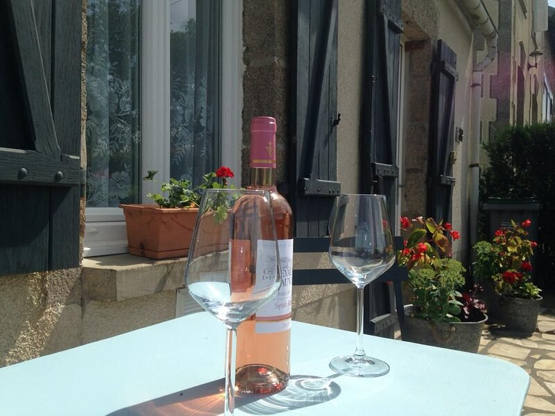Mondon Holiday Cottage with a Lake View, vacation rental in Saint-Sornin-Leulac