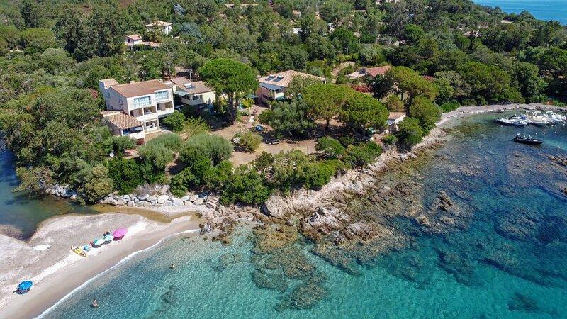 Appart pour 4 pers, rez de chaussee, pieds dans l'eau acces direct a la plage, location de vacances à Sari-Solenzara