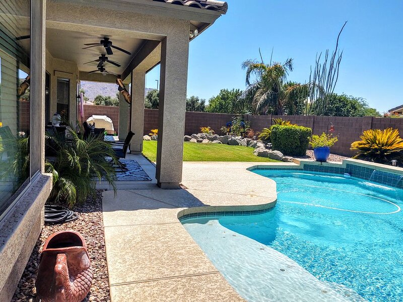 Paradise Seville Pool Home View of San Tan Mtn, holiday rental in Chandler Heights