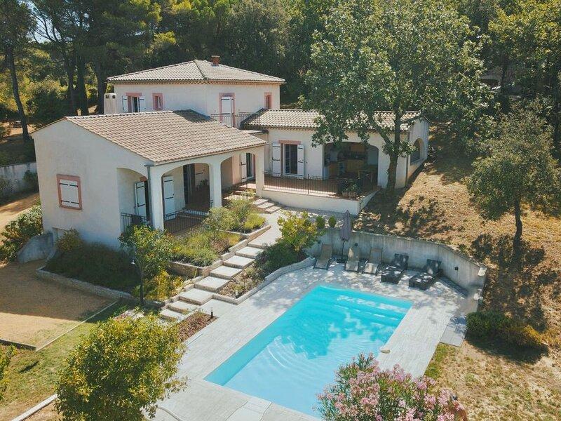 Maison de charme sans vis-à-vis, parc de 3800 m2 - idéal pour 1-2 famille(s), holiday rental in Venejan
