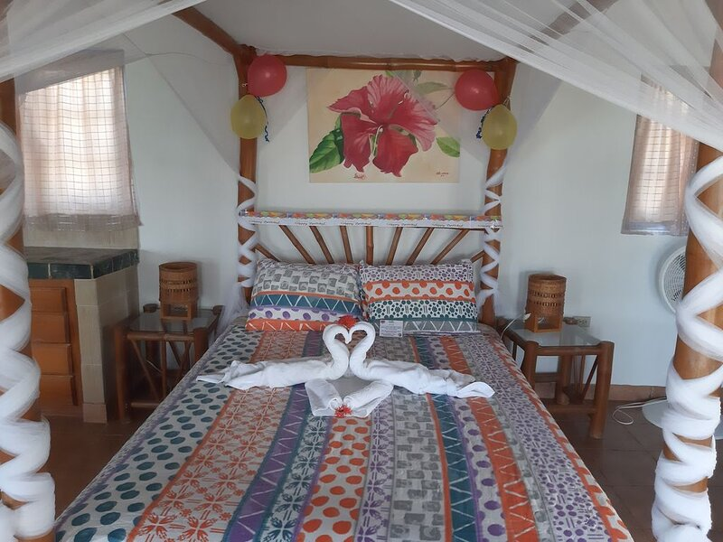 Magical Romantic Getaway For 2, Lovers Paradise On Private White Sand Beach Cove, holiday rental in Robin's Bay