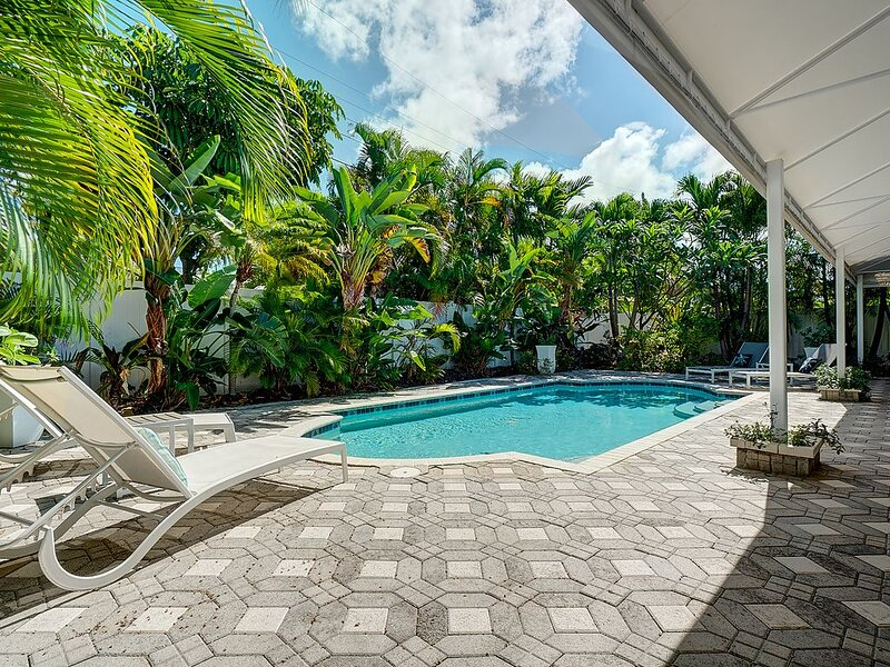 Entire home with a resort style pool.  Close to beaches, shopping & resturants., casa vacanza a Oakland Park