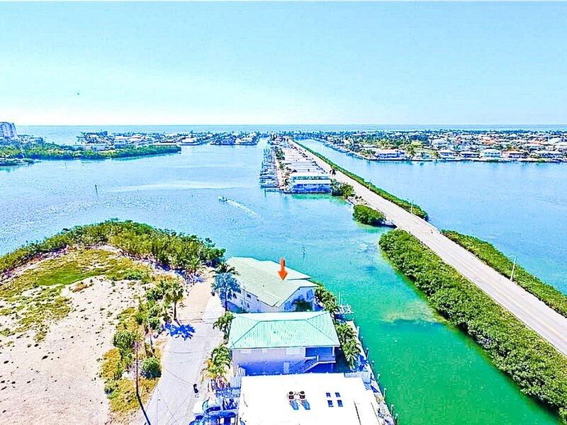 CORAL CABANA WATERFRONT - PET FRIENDLY - PRIVATE BEACH - WIFI - BOAT LIFT, aluguéis de temporada em Key Colony Beach
