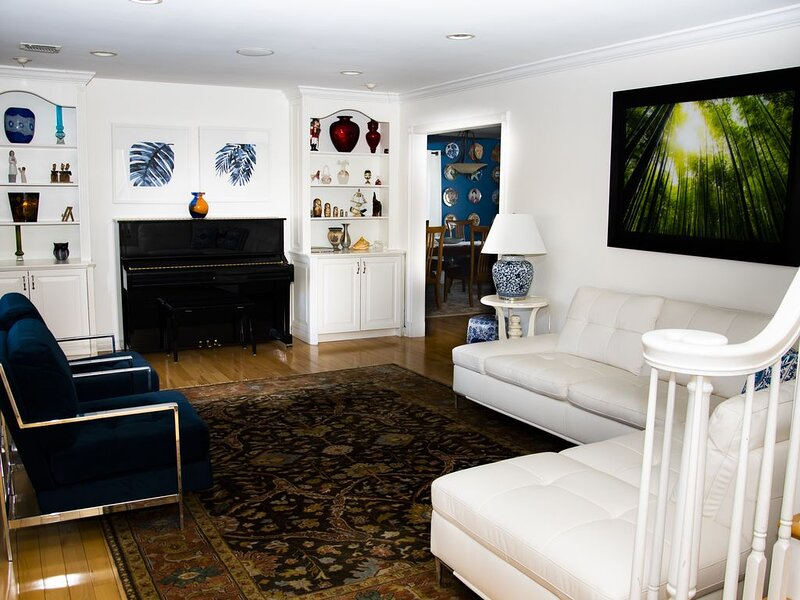 Spacious and luxurious retreat, perfect NYC getaway/15 min to JFK, casa vacanza a Levittown