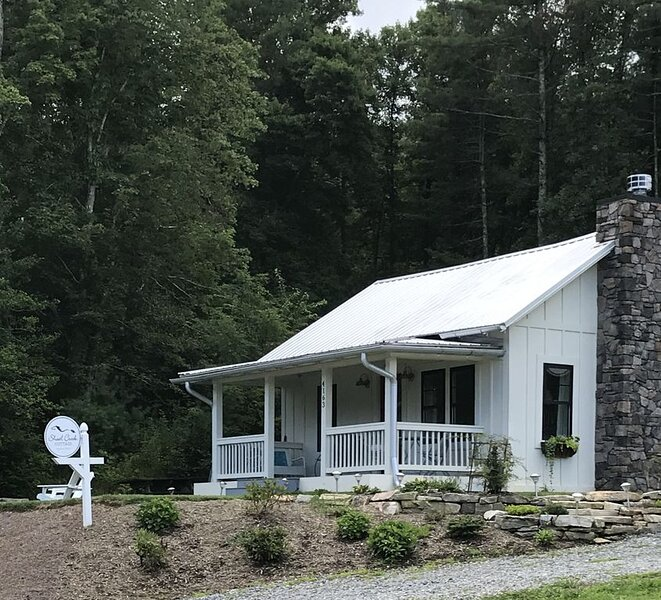 1920's Farmhouse near Dupont State Recreational Forest, holiday rental in Penrose