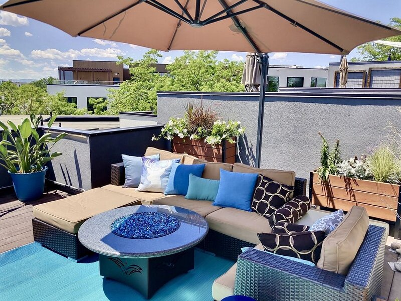 Rooftop Retreat-modern townhome in the heart of LoHi- roof deck-walk everywhere!, holiday rental in Denver