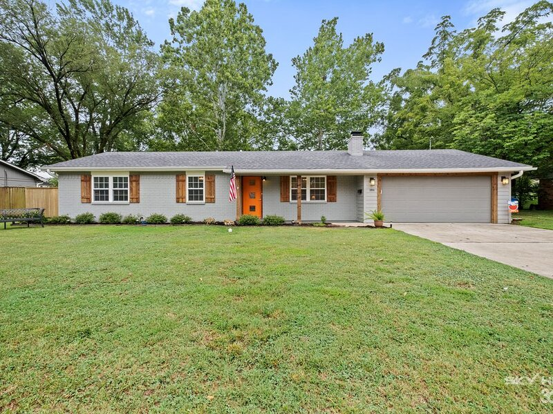 ORANGE DOOR - Entire House - 0.6 mi to Square & 30 steps to trails, holiday rental in Avoca