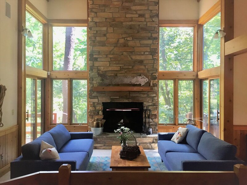 Enjoy the wooded privacy of  ~FOXTROT RETREAT~ Stylish updated interior, holiday rental in Apple River