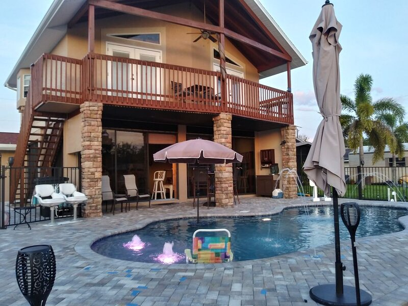 Couples Retreat upstairs suite off the Caloosahtchee River with private pool, vacation rental in Fort Myers