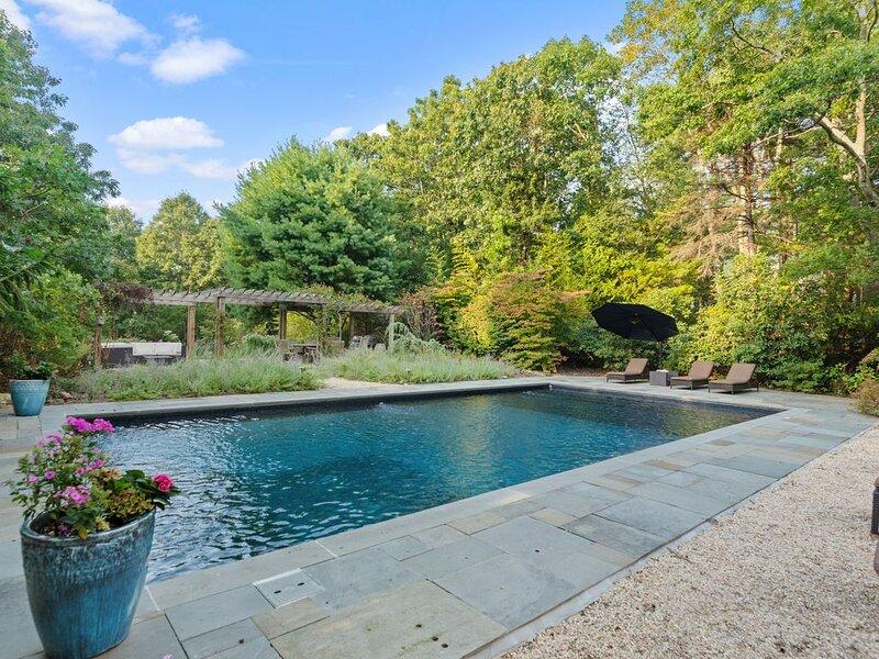 1.5 acre  Luxury Garden Oasis 5 min beach Family Friendly, location de vacances à Noyack