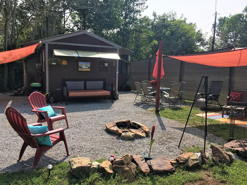 Whimsical 'Glamping' Cabin Getaway, holiday rental in Clarkson