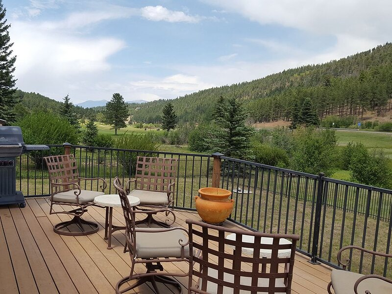 5 Bedroom Ski, Golf, Relax Country Club Home. Pet Friendly. Easy Access., vacation rental in Angel Fire