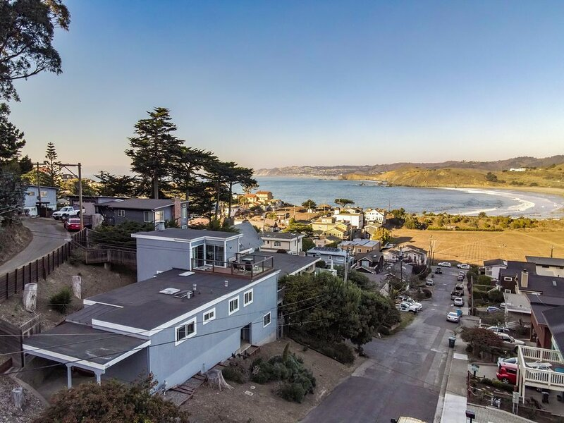 NEW! California Dreamin'- ocean views -hot tub - family-friendly, modern & SURF, holiday rental in Moss Beach