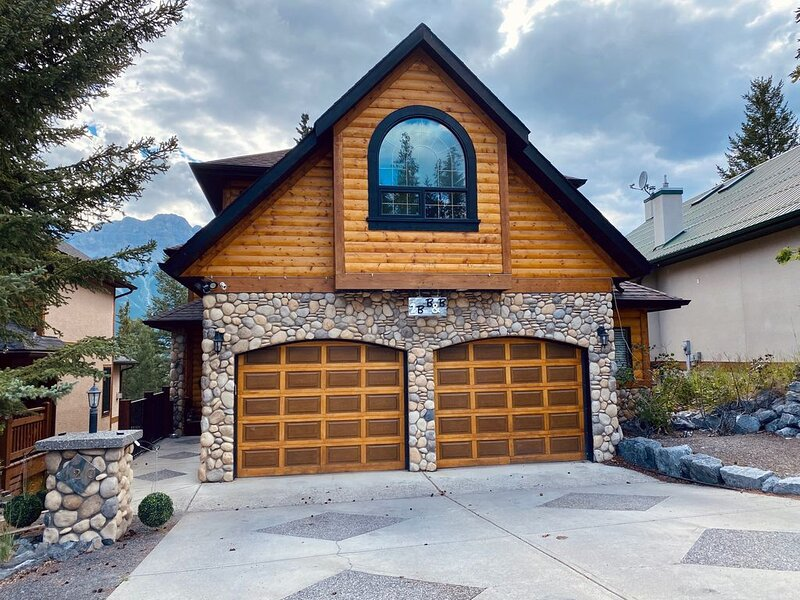 Beautiful 4 Bedroom Mountain Home in Canmore with Amazing Views, vacation rental in Seebe