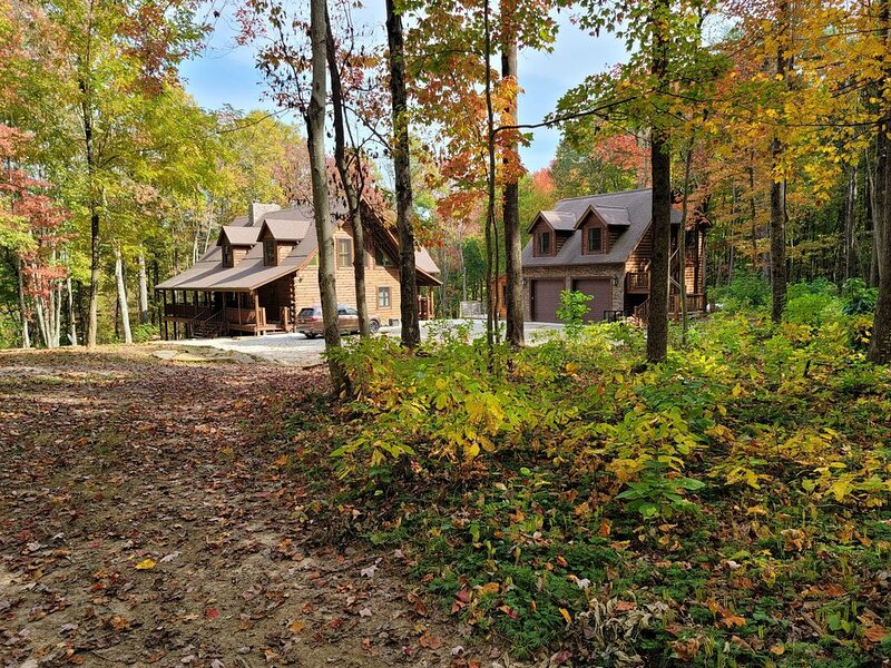 Luxury cabin on 85ac, with several miles of trails. 5 miles from Old Mans Caves, aluguéis de temporada em Chillicothe