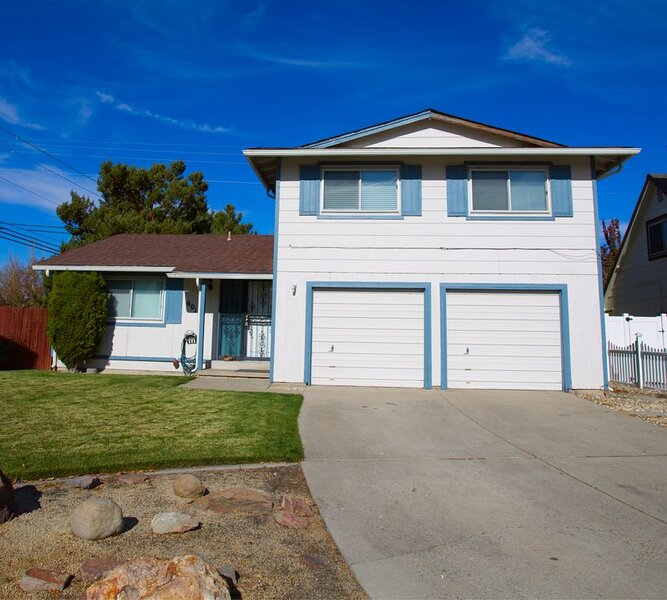 BEAUTIFUL TWO LEVEL HOME LOCATED NEAR CONVENTION CENTER AND ATLANTIS CASINO, holiday rental in Reno