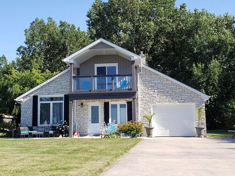3 Bed 2 bath ~ Bluepoint Home on Lake Huron. 20 mins to Sarnia & Bridge to USA, alquiler vacacional en Port Huron