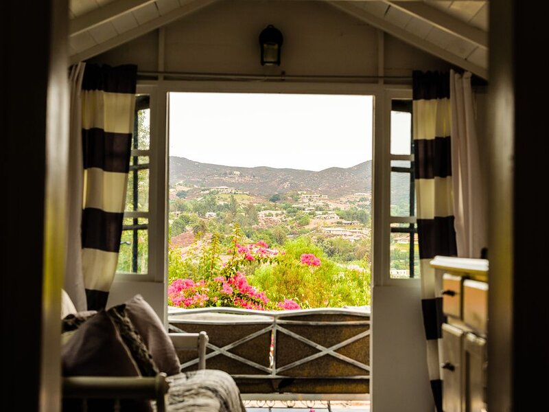 Endless view hilltop hideaway cottage, Ferienwohnung in Temecula