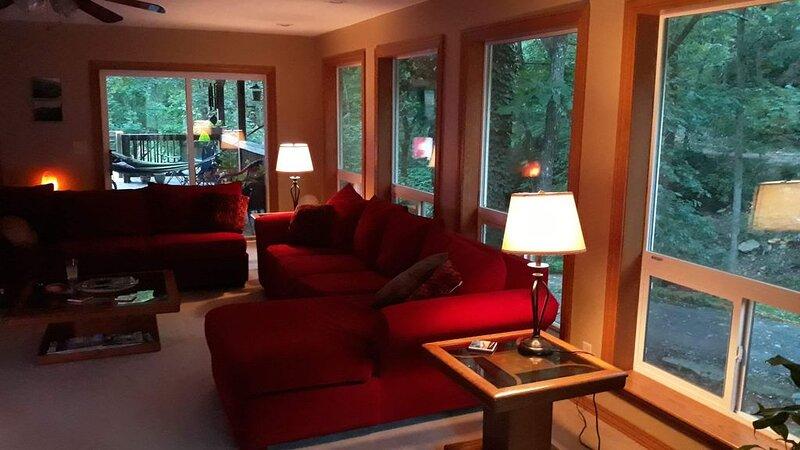 Relax and Rejuvenate in this Peaceful, Wooded Oasis., alquiler vacacional en Eureka Springs