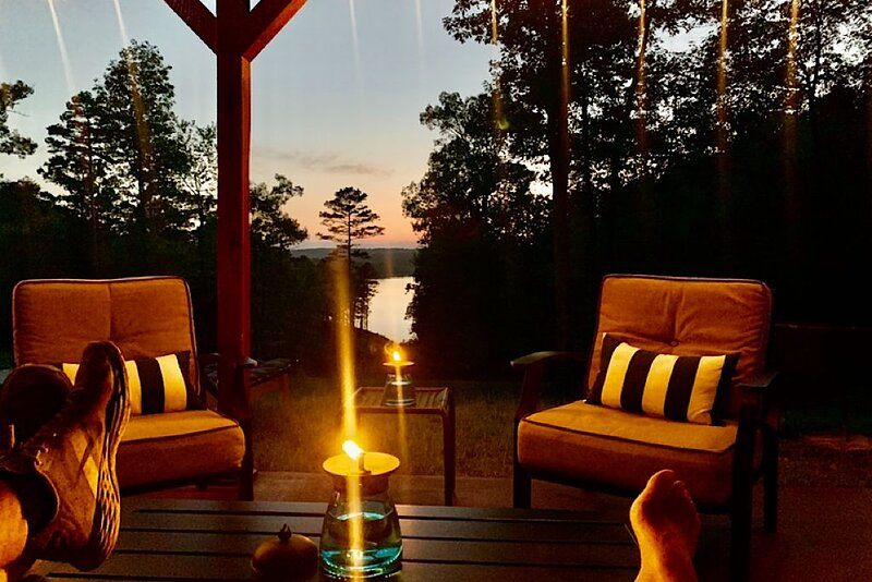 Private- Remote lakefront cabin on Lake Norfork, aluguéis de temporada em Salesville
