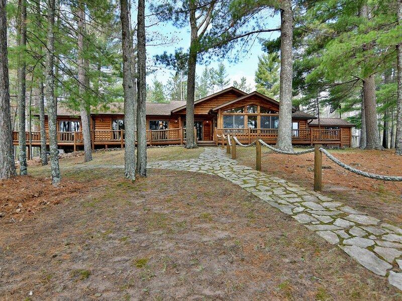 1,000 feet of sandy frontage and 20 acres of privacy!, alquiler de vacaciones en Barnes